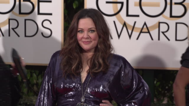 melissa mccarthy at 73rd annual golden globe awards - arrivals at the beverly hilton hotel on january 10, 2016 in beverly hills, california. 4k... - メリッサ・マッカーシー点の映像素材/bロール