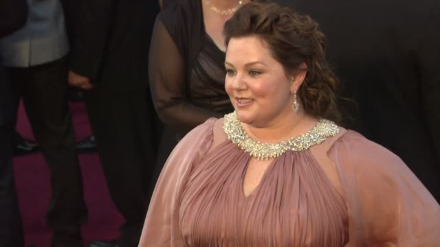 melissa mccarthy at 84th annual academy awards - arrivals on 2/26/12 in hollywood, ca. - メリッサ・マッカーシー点の映像素材/bロール