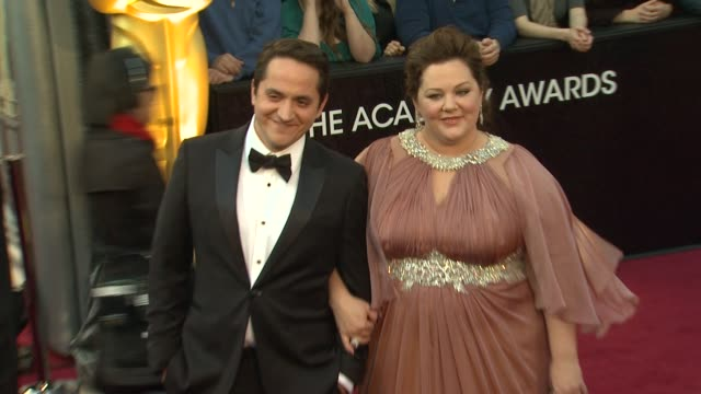 melissa mccarthy at 84th annual academy awards - arrivals on 2/26/2012 in hollywood, ca. - メリッサ・マッカーシー点の映像素材/bロール