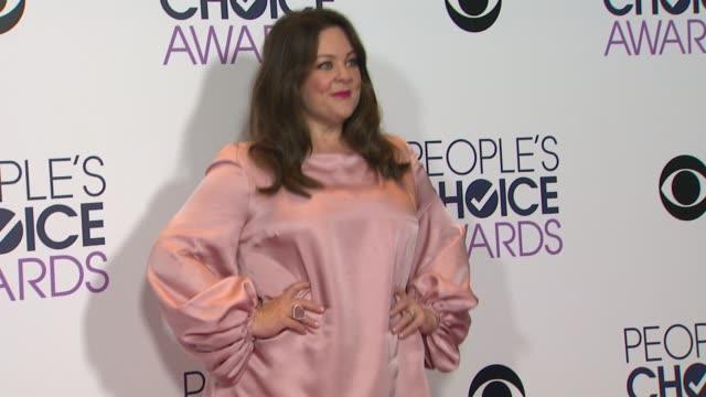 melissa mccarthy at people's choice awards 2016 at nokia plaza l.a. live on january 06, 2016 in los angeles, california. - メリッサ・マッカーシー点の映像素材/bロール