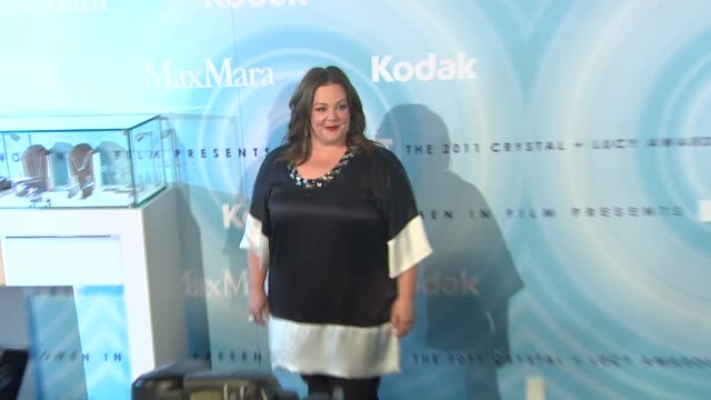 melissa mccarthy at the 2011 women in film crystal + lucy awards sponsored by pandora and max mara at beverly hills ca. - メリッサ・マッカーシー点の映像素材/bロール