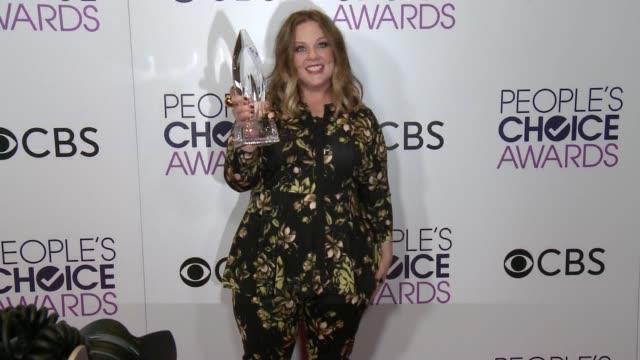 melissa mccarthy at the people's choice awards 2017 at microsoft theater on january 18, 2017 in los angeles, california. - メリッサ・マッカーシー点の映像素材/bロール