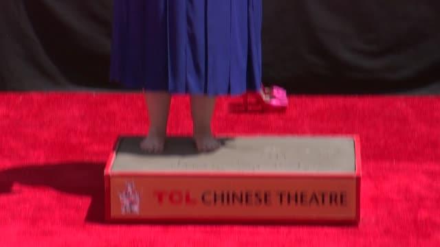 vídeos y material grabado en eventos de stock de melissa mccarthy immortalized with hand and footprint ceremony at tcl chinese 6 theatres on july 02 2014 in hollywood california - mann theaters