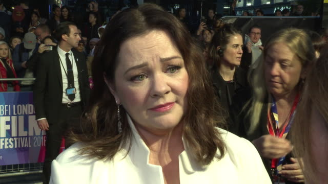 vídeos de stock e filmes b-roll de melissa mccarthy on being given a dramatic rather than a comedic character to play, on her chemistry with richard e grant, on writers being underpaid... - richard e. grant