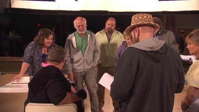 melissa mccarthy on the set of mike & molly - メリッサ・マッカーシー点の映像素材/bロール