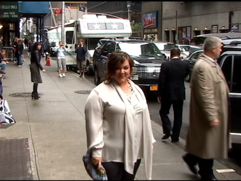 melissa mccarthy poses for photographers as she arrives at the 'late show with david letterman in new york 05/17/11 - メリッサ・マッカーシー点の映像素材/bロール