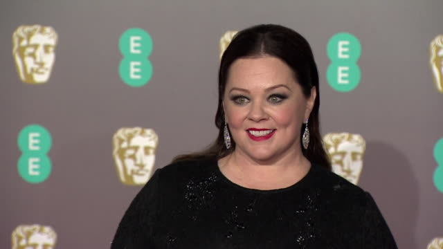 melissa mccarthy poses for photos on red carpet at bafta film awards at royal albert hall - メリッサ・マッカーシー点の映像素材/bロール