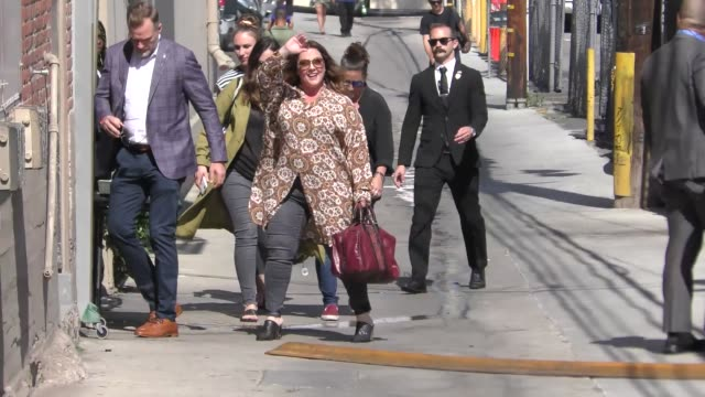 melissa mccarthy waves to fans outside kimmel live at el capitan theatre in hollywood in celebrity sightings in los angeles, - メリッサ・マッカーシー点の映像素材/bロール