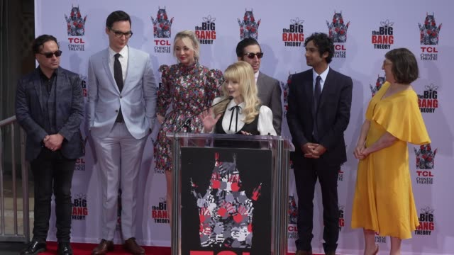 stockvideo's en b-roll-footage met speech melissa rauch at the cast of the big bang theory honored with hand and footprint ceremony at tcl chinese theatre on may 01 2019 in hollywood... - ensemble lid