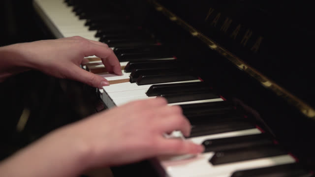 vídeos de stock e filmes b-roll de a melody and chords are played on a piano - pianista