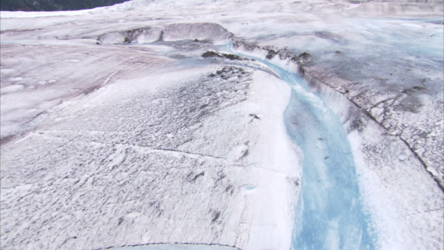 vídeos de stock, filmes e b-roll de melt water spills over glaciers in the juneau ice fields. - neve derretida