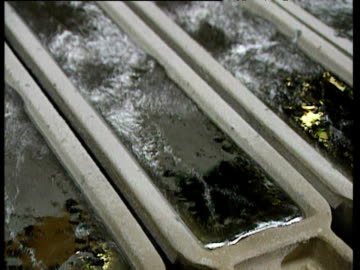 vídeos y material grabado en eventos de stock de melted aluminum in small caskets liquid aluminum flowing into caskets via heated wheel - aluminio