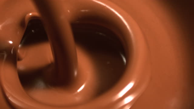 vídeos de stock, filmes e b-roll de melted chocolate pouring - derretendo