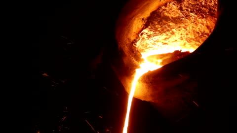 vídeos y material grabado en eventos de stock de líquido de hierro fundido en el crisol - cucharón