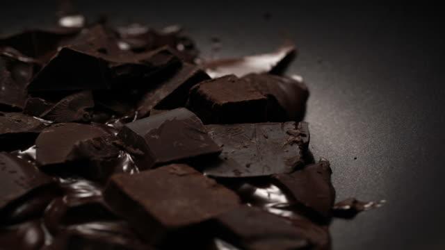 vidéos et rushes de melting chocolate blocks - chocolat