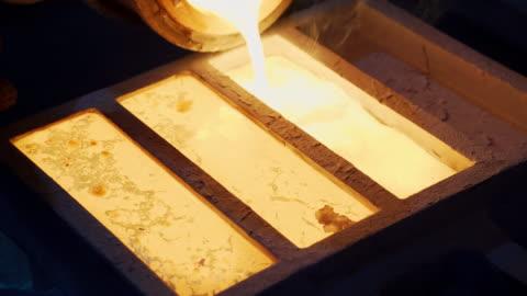 vídeos y material grabado en eventos de stock de derretimiento de oro en la fundición de oro, haciendo el goteo de oro, vertiendo oro líquido a la placa - material de construcción