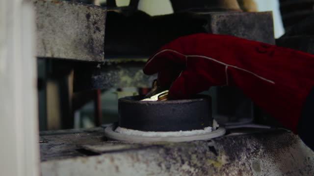 vídeos de stock e filmes b-roll de melting gold in the gold foundry - moldar