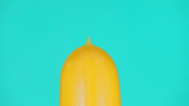 色の背景にアイスクリームのスローモーションを溶かす - 棒切れ点の映像素材/bロール