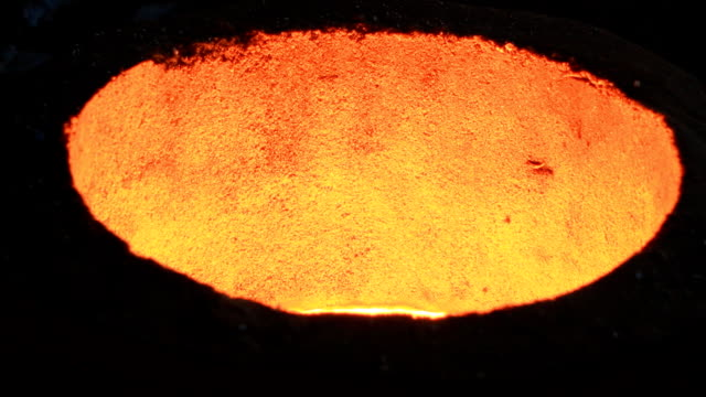 stockvideo's en b-roll-footage met melting iron in the foundry - strijkijzer