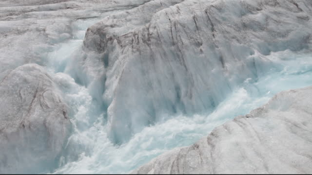 meltwater on the athabasca glacier which is receding extremely rapidly and has lost over 60% of its ice mass in less than 150 years. - 氷河点の映像素材/bロール