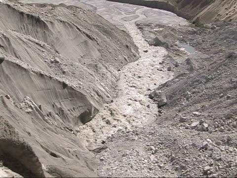 vídeos de stock, filmes e b-roll de meltwater river flowing through baltoro glacier, himalayas - neve derretida