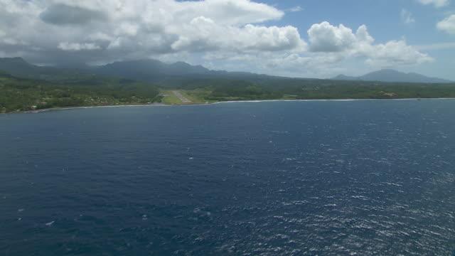 vídeos de stock e filmes b-roll de melville hall airfield on the caribbean island of dominica. - territórios ultramarinos franceses