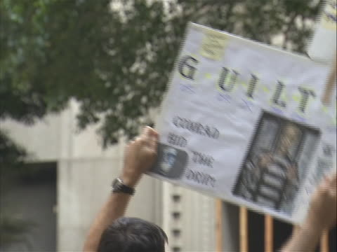 member of the crowd gathered outside courtroom holds up sign supporting michael jackson. on november 7, 2011 a jury reached a verdict in the... - crime or recreational drug or prison or legal trial点の映像素材/bロール