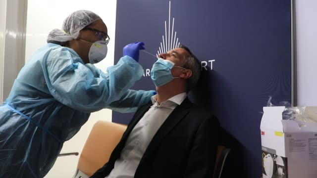 vídeos de stock e filmes b-roll de member of the medical staff takes a sample during the installation of antigenic tests in french airports to detect travelers carrying covid-19 on... - mutação genética
