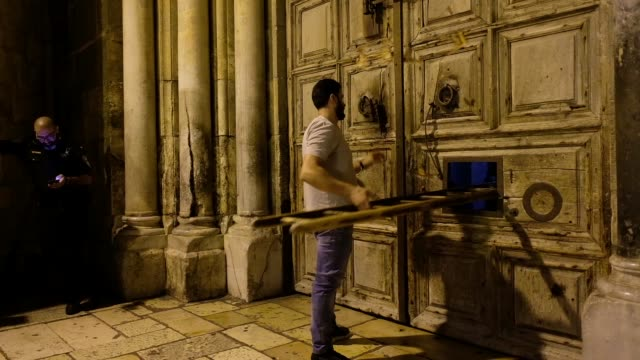 vídeos de stock, filmes e b-roll de member of the muslim nuseibeh family, who has opened and closed the holy sepulcher since the ottoman era closing the doors of the church of holy... - jerusalém