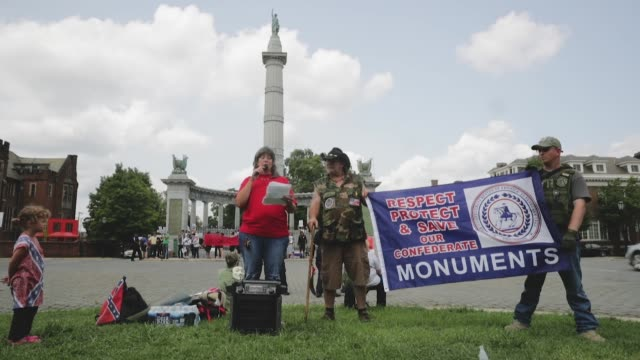 stockvideo's en b-roll-footage met a member of the virginia task force of three percenters or the 'dixie defenders' recites a history of the jefferson davis monument during a small... - monument