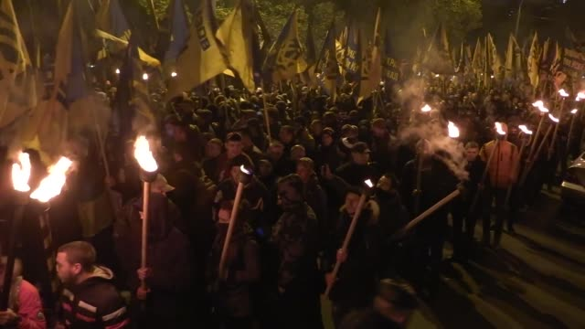 """vídeos de stock e filmes b-roll de members and servicemen of the ukrainian national guard """"azov"""" regiment, the azov civil corp and the far-right """"right sector"""" and their supporters... - ucrânia bandeira"""