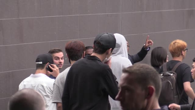 vidéos et rushes de members bts and shinee kpop group arriving in paris for the kcon convention on june 01, 2016 in paris, france. - k pop