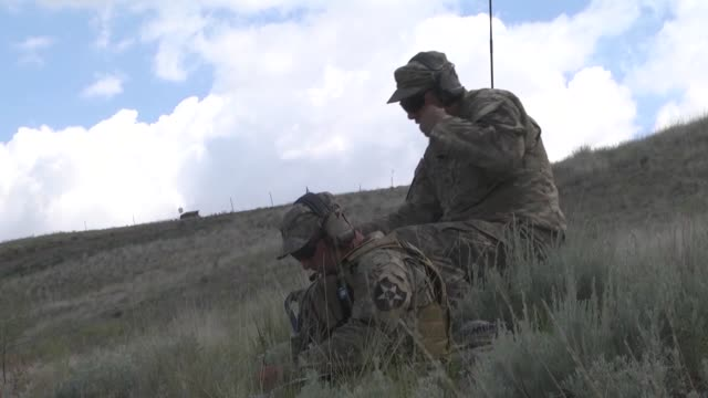 members of 1st battalion 161st infantry regiment 81st stryker brigade combat team fire 81mm mortars during annual training at the yakima training... - 迫撃砲点の映像素材/bロール