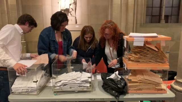 vídeos y material grabado en eventos de stock de members of a polling station count votes at the end of the voting day on april 28 2019 in barcelona spain spaniards went to the polls today to vote... - elección