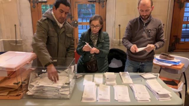 vídeos de stock e filmes b-roll de members of a polling station count votes at the end of the voting day on april 28, 2019 in barcelona, spain. spaniards went to the polls today to... - eleições