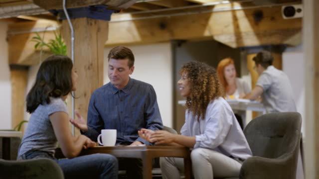 stockvideo's en b-roll-footage met leden van een kleine start-up zakelijke bijeenkomst - fatcamera