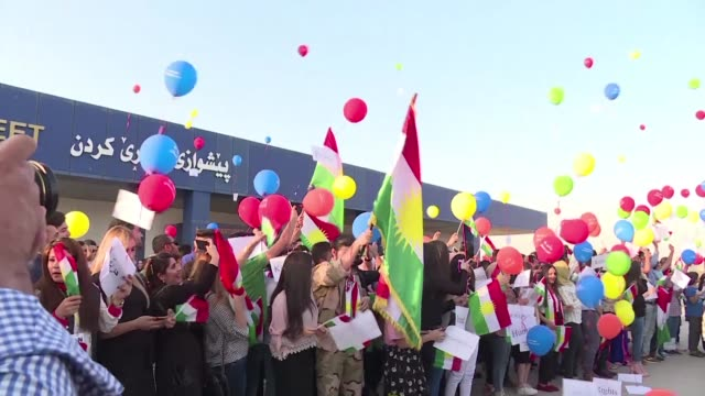 vídeos y material grabado en eventos de stock de members of an ngo gathered friday outside the arbil international airport to release balloons marked with peace messages against a flight ban imposed... - venganza
