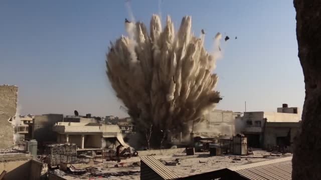 vidéos et rushes de members of army of conquest, a coalition of syrian opposition groups, destroy a military headquarters of syrian regime forces in ramouseh district of... - bombardement