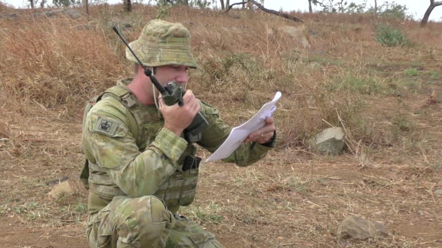 vidéos et rushes de members of australian army's during nigrum pugio - a biannual, joint live fire exercise on october 14, 2020 in townsville, australia. between 12 – 16... - armée de terre