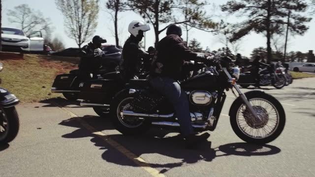 vidéos et rushes de members of christian motorcycle club sit on bikes - se garer