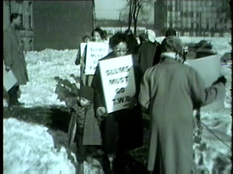 vidéos et rushes de members of civil rights organization two, temporary woodlawn organization, march for housing rights outside apartment building in 1962 in chicago. - droits de l'homme