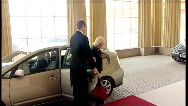 members of coalition government arriving at buckingham palace chris huhne mp from car and into palace / jeremy hunt mp saying 'hello' as arriving... - フットマン点の映像素材/bロール