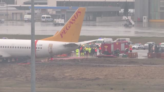 members of emergency services work around a passenger plane that skidded off the runway at the sabiha gokcen airport in istanbul on january 07, 2020.... - incidente aereo video stock e b–roll