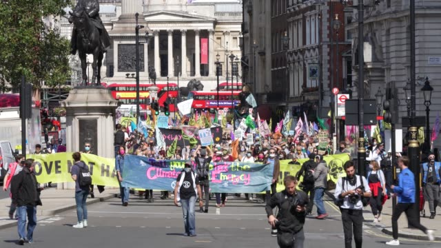 vídeos de stock e filmes b-roll de members of exhibition rebellion protest in parliament square highlighting the climate emergency as mps go back parliament after the summer recess on... - cargo governamental