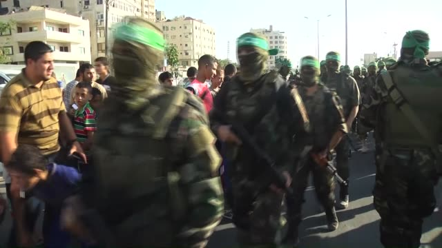 members of ezzedin al-qassam brigades, the armed wing of the hamas movement, take part in an opening ceremony of a statue build for the memories of... - 戦隊点の映像素材/bロール