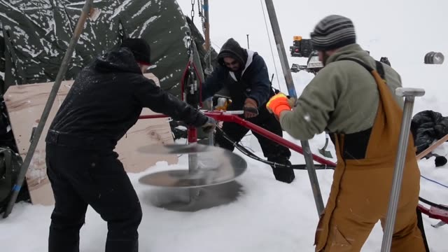 members of ice camp skate drill a hole and transport cargo in support of ice exercise 2018 icex 2018 is a fiveweek exercise that allows the navy to... - basläger bildbanksvideor och videomaterial från bakom kulisserna