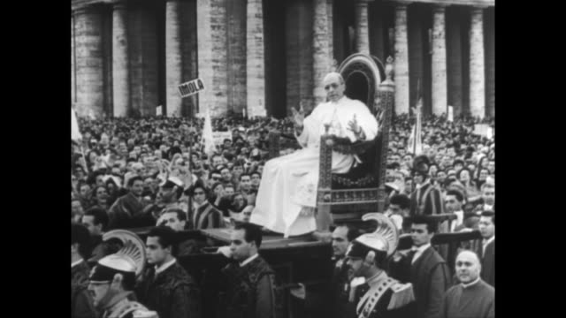 vídeos de stock e filmes b-roll de members of italy's christian workers association throng st peter's square to receive blessings from the pope / the pontiff decrees a new liturgical... - benção