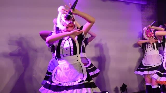 vídeos y material grabado en eventos de stock de members of japanese pop group 'virtual currency girls' perform onstage in tokyo japan on friday feb 16 photographer noriko hayashi/bloomberg - música pop
