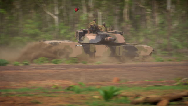 vidéos et rushes de members of norforce test one of their tanks during a training mission. - char véhicule blindé