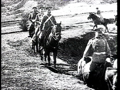 vidéos et rushes de 1905 b/w ws members of russian army following general linevich on horseback during russo-japanese war/ russia - officier grade militaire